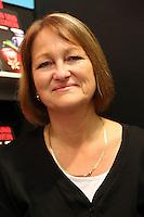 """Die Frankfurter Autorin Andrea Habeney am Stand ihres neuen Verlags Conte aus Saarbrücken mit dem neuen Buch """"Arsen und Apfelwein"""""""