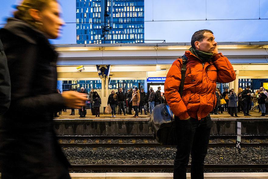 Nederland, Amsterdam, 8 dec 2014<br /> Ns-station Amsterdam Zuid. Veel mensen op het perron vanwege een vertraagde trein <br /> Foto: (c) Michiel Wijnbergh