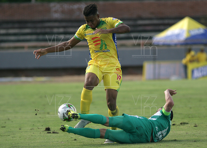 NEIVA- COLOMBIA, 13-07-2019:Geovan Montes (Izq.) jugador del Atlético Huila disputa el balón con Stalin Motta (Der.) jugador de La Equidad  durante partido por la fecha 1 de la Liga Águila II 2019 jugado en el estadio Guillermo Plazas Alcid de la ciudad de Neiva. / Geovan Montes (L) player of Atletico Huila fights the ball agaisnt of Satlin Motta (R) player of Equidad during the match for the date 1 of the Liga Aguila II 2019 played at the Guillermo Plazas Alcid Stadium in Neiva  city. Photo: VizzorImage / Sergio Reyes / Contribuidor.