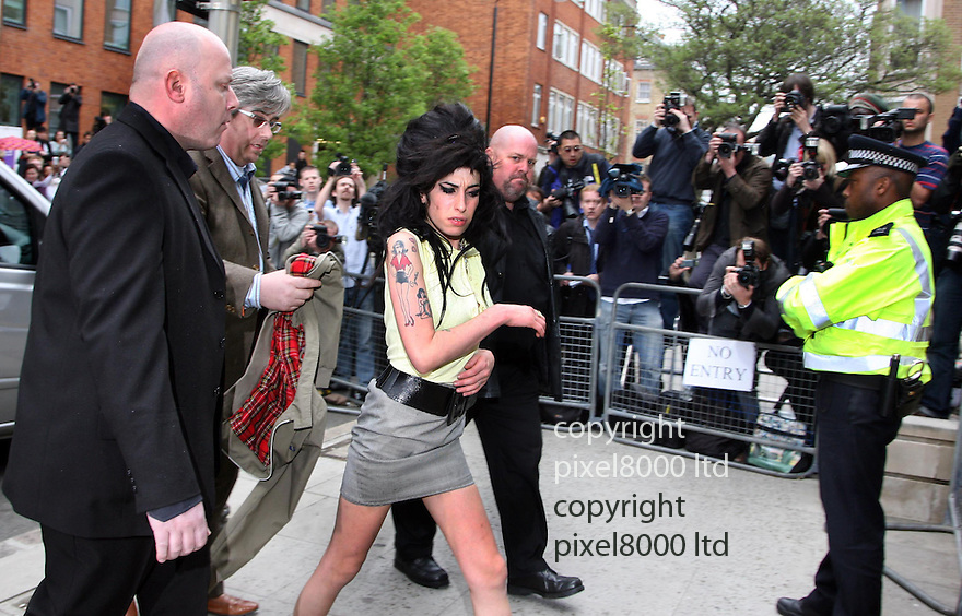 Amy Winehouse arrives as Holborn police station 25.4.08....pic by Gavin Rodgers/Pixel 07917221968