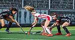 AMSTELVEEN - Yibbi Jansen (OR) met Leiah Brigitha (A'dam) en Eva de Goede (A'dam)  tijdens de hoofdklasse competitiewedstrijd hockey dames,  Amsterdam-Oranje Rood (5-2). COPYRIGHT KOEN SUYK