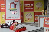 ATENÇÃO EDITOR: FOTO EMBARGADA PARA VEÍCULOS INTERNACIONAIS. SAO PAULO, 14 DE SETEMBRO DE 2012 - FEIRAO DE IMPOSTOS - Exposicao promovida pelo Comitê de Jovens Empreendedores (CJE) da Fiesp mostra à população o volume de tributos embutidos em produtos e serviços, na frente do predio da Fiesp, Avenida Paulista, na manha desta sexta feira. FOTO: ALEXANDRE MOREIRA - BRAZIL PHOTO PRESS