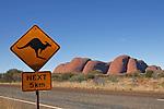 Panneau Attention Kangourou devant les Monts Olgas. Territoire du Nord