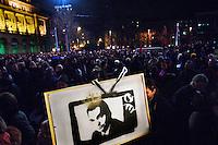 UNGARN, 14.01.2011, Budapest. Demonstration fuer Pressefreiheit und gegen die Mediengesetze der Regierung Orban auf dem Kossuth Lajos Platz vor dem Parlament. Ministerpraesident Viktor Orban mit Koenigskrone im staatlichen Fernsehen. | Demonstration for press freedom and against the Orban goverment's new media laws on Kossuth Lajos square in front of the parliament. Prime minister Viktor Orban with a king's crown on state TV..© Martin Fejer/EST&OST