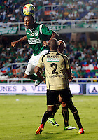 CALI-COLOMBIA- 01 -09-2013. Yhon Biafara ( Izq) del Deportivo Cali disputa el balon contra Elvis Mosquera(Der) del Itagui ,accion de juego correspondiente al partido entre el Deportivo Cali  contra el Itagui ,  partido de  la octava  fecha de la  Liga Postob—n segundo semestre disputado en el estadio Pascual Guerrero  / Yhon Biafara  (L) Deportivo Cali dispute the ball against Elvis Mosquera (R) of Itagui, action game for the match between Deportivo Cali against Itagui eighth game of the date of the second half Postob—n League match at the stadium Pascual Guerrero. Photo: VizzorImage / Juan Carlos Quintero  / Stringer