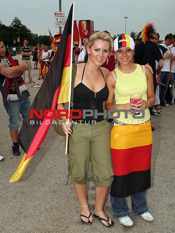 FIFA WM 2006 -  Fan Fest Nuernberg<br /> <br /> Volksfestplatz (ca. 25 000 Zuschauer)<br /> <br /> <br /> <br /> Deutschland - Ecuador<br /> <br /> <br /> <br /> Deutsche Fans feiern vor dem Spiel.<br /> <br /> <br /> <br /> Foto: nordphoto