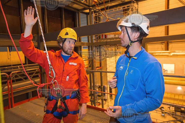 Crew from Norwegian Air Ambulance train urban rescue.<br /> Rescue paramedic Arne Sveinhaug with instructor Stein Falsen M&oslash;ller (Aak.no)
