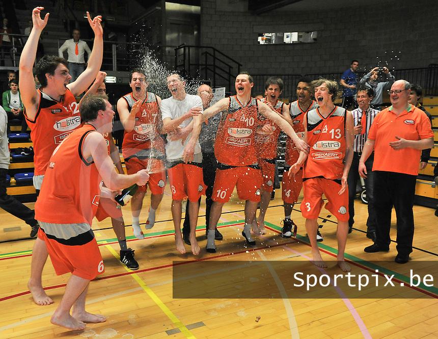 Holstra Wevelgem - Melco Ieper : Holstra Wevelgem Kampioen ; vreugde bij de spelers van Wevelgem.foto VDB  / Bart Vandenbroucke