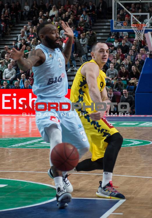 10.02.2019, &Ouml;VB Arena, Bremen, GER, easy Credit-BBL, Eisb&auml;ren Bremerhaven vs EWE Baskets Oldenburg, im Bild<br /> der Pass in den freien Raum..<br /> Chris WARREN ( Eisb&auml;ren Bremerhaven #3 )<br /> Karsten TADDA (EWE Baskets Oldenburg #9 )<br /> Foto &copy; nordphoto / Rojahn