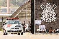 SÃO PAULO,SP,17.10.2014 - TREINO CORINTHIANS - Movimentação de torcedores do Corinthians  e policias  na manhã de hoje (17) em frente o no CT Joaquim Grava.(Foto Ale Vianna/Brazil Photo Press).