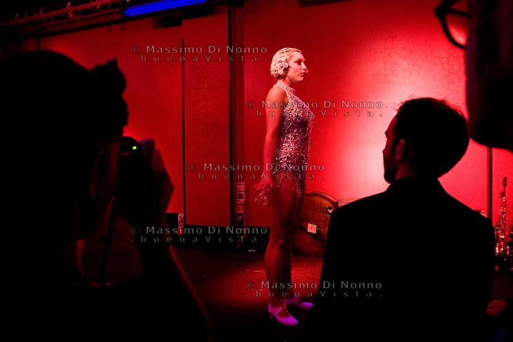 Milano: una ragazza si nel suo numero di burlesque
