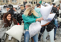 Nederland Amsterdam 2016 04 02. World Pillow Fight. Kussengevecht op de Dam. Foto Berlinda van Dam