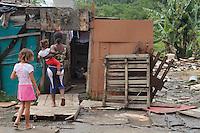 MOGI DAS CRUZES, SP, 21 DE JANEIRO 2012 - FAMILIAS SAO RETIRADAS DE FAVELA EM MOGI DAS CRUZES - Na manha deste sábado (21)famílias foram retiradas da favela do Cisne no bairro do Jardim Rodeio em Mogi Das Cruzes na grande  SP. A favela tambem foi demolida pela Prefeitura Municipal e a limpeza esta sendo realizada, as familias serao cadastradas no programa Minha Casa Minha Vida, o rio Tiete teve uma elevação de 52mm em razao da chuva de ontem,sexta(20). FOTO:WARLEY LEITE - NEWS FREE