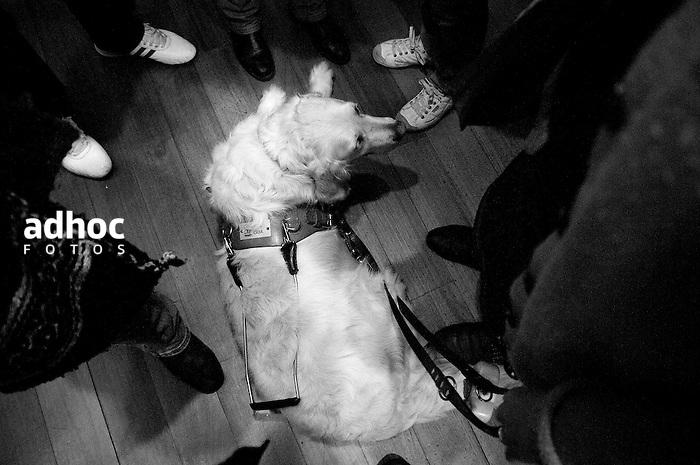 Javier Calvelo/ URUGUAY/ MONTEVIDEO/ Teatro Solis/ Proyecto Los de Afuera - Serie Invisible -  Florencia Spinosa/ Florencia Spinosa es una de los tres uruguayos y la primera mujer discapacitados visuales que tienen un perro gu&iacute;a en lugar de un baston. Junto Salu una golden retriever blanca pasea por Montevideo. Florencia Spinosa empez&oacute; con problemas visuales a los dos a&ntilde;os y medio. A los cinco perdi&oacute; la visi&oacute;n de un ojo y a los 8 a&ntilde;os sufri&oacute; desprendimiento de retina en el otro.  A trav&eacute;s de la Fundaci&oacute;n de Apoyo y Promoci&oacute;n del Perro de Asistencia (Fundappas) y la organizaci&oacute;n Perros de Asistencia y Animales de Terapia (PAAT) accedi&oacute; a un perro gu&iacute;a. En Uruguay la legislaci&oacute;n permite que los perros gu&iacute;as tengan acceso a lugares p&uacute;blicos, &oacute;mnibus y taxis desde 2008. <br /> Sali con Florencia a una funcion en el Teatro Solis donde se desarrolla un festival de naraccion.<br /> En la foto:  Florencia Spinosa. Foto: Javier Calvelo / adhocfotos<br /> 2012-09-06 dia jueves<br /> adhocFOTOS