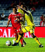 CALI - COLOMBIA, 26- 04-2018: Carlos Lizarazo (Izq.) jugador de América, disputa el balón con David Valencia (Der.) jugador de Alianza Petrolera, durante partido aplazado entre América de Cali y Alianza Petrolera, de la fecha 7 por la Liga Aguila I 2018 jugado en el estadio Pascual Guerrero de la ciudad de Cali. / Carlos Lizarazo (L) of player of America, vies for the ball with David Valencia (R) player of Alianza Petrolera, during a posponed match between America de Cali and Alianza Petrolera, of the 7th date for the Liga Aguila I 2018 at the Pascual Guerrero stadium in Cali city. Photo: VizzorImage / Nelson Rios / Cont.