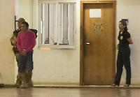 BRASILIA,DF, 21.07.2016 - OPERAÇÃO-HASHTAG - Um dos presos na Operação Hashtag é conduzido por agente da Polícia Federal no hangar da PF em Brasília, nesta quinta-feira, 21. A ação prendeu hoje 10 brasileiros suspeitos de compor uma célula terrorista internacional do Estado Islâmico. Ao todo foram expedidos 12 mandados de prisão temporária por 30 dias podendo ser prorrogados por mais 30. (Foto: Ed Ferreira/Brazil Photo Press)
