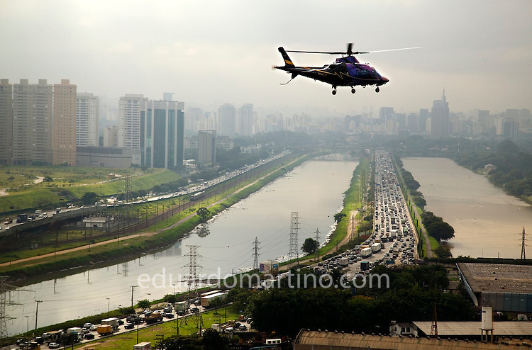 It takes only 7 minutes to fly from Alphaville, an up-market residential area at the outskirts of Sao Paulo, to Avenida Paulista, the financial heart of the city. By car the same distance could take up to 2 hours, during rush hour..photo: Eduardo Martino