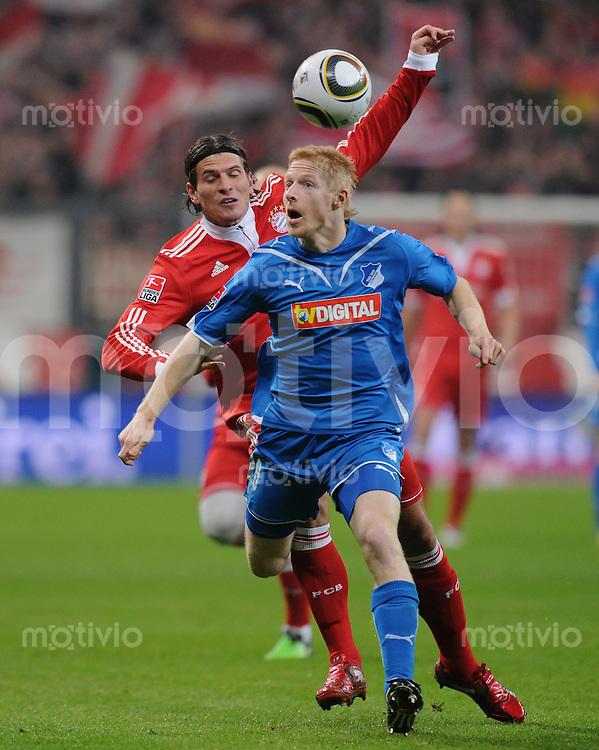 Fussball 1. Bundesliga   Saison   2009/2010  18. Spieltag  15.01.2010 FC Bayern Muenchen  - 1899 Hoffenheim Andreas Ibertsberger (vorn, Hoffenheim) gegen Mario Gomez (FCB)