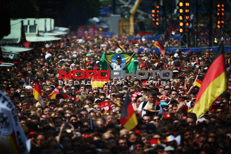 15.07.2015, Brandenburger Tor, Fanmeile, Berlin, Ankunft der deutschen Nationalmannschaft,   <br /> <br /> Feature Fan in der Masse<br /> <br /> Foto &copy; nordphoto