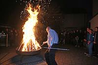 Küster Ralf Uhlemann entzündet das Osterfeuer