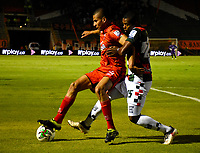 TUNJA-COLOMBIA, 29-01-2020: Juan Camilo Pérez de Boyacá Chicó F. C., y David Castañeda de Patriotas Boyacá F. C., disputan el balón durante partido entre Boyacá Chicó F. C. y Patriotas Boyacá F. C., de la fecha 2 por la Liga BetPlay DIMAYOR I 2020 en el estadio La Independencia en la ciudad de Tunja. / Juan Camilo Perez of Boyacá Chicó F. C., and David Castañeda of Patriotas Boyacá F. C., figth the ball, during a match between Boyacá Chicó F. C. and Patriotas Boyacá F. C., of the 2nd date for the BetPlay DIMAYOR Leguaje I 2020 at La Independencia stadium in Tunja city. / Photo: VizzorImage / Edward Leguizamón / Cont.
