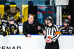 Stockholm 2014-03-21 Ishockey Kvalserien AIK - R&ouml;gle BK :  <br /> AIK:s tr&auml;nare Rikard Franz&eacute;n diskuterar med med domare Mikael Holm <br /> (Foto: Kenta J&ouml;nsson) Nyckelord:  diskutera argumentera diskussion argumentation argument discuss tr&auml;nare manager coach domare referee ref