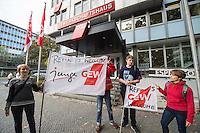 """Nach einer Woche Aufenthalt im Haus des Deutschen Gewerkschaftsbunds in Berlin liessen die Verantwortlichen des DGB etwa 25 Fluechtlinge durch die Polizei raeumen. Dabei gab es mehrere Verletzte, zwei davon nach Aussagen von Augenzeugen schwer. Mehrere Fluechtlinge wurden nach der gewaltsamen Raumung ins Krankenhaus gebracht. Mehrere Personen hatten sich zum Teil aneinander gekettet, um so die Raeumung zu verhindern.<br /> Die Fluechtlinge hatten vor einer Woche im DGB-Haus um Unterstuetzung fuer ihr Anliegen nach Asyl und Bleiberecht gesucht. Die Gewerkschaftsverantwortlichen waren jedoch nicht bereit ihnen mehr als ein paar Tage Obdach zu gewaehren und die Politik zu bitten das Problem zu loesen.<br /> Im Bild: Mitglieder der Gewerkschaft GEW mit Gewerkschaftsfahnen mit der Spruch """"Refugees Welcome"""". <br /> 2.10.2014, Berlin<br /> Copyright: Christian-Ditsch.de<br /> [Inhaltsveraendernde Manipulation des Fotos nur nach ausdruecklicher Genehmigung des Fotografen. Vereinbarungen ueber Abtretung von Persoenlichkeitsrechten/Model Release der abgebildeten Person/Personen liegen nicht vor. NO MODEL RELEASE! Don't publish without copyright Christian-Ditsch.de, Veroeffentlichung nur mit Fotografennennung, sowie gegen Honorar, MwSt. und Beleg. Konto: I N G - D i B a, IBAN DE58500105175400192269, BIC INGDDEFFXXX, Kontakt: post@christian-ditsch.de<br /> Urhebervermerk wird gemaess Paragraph 13 UHG verlangt.]"""
