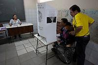 """Os paraenses iniciaram às 8 horas (horário local, 9 horas em Brasília) a votação do plebiscito sobre a divisão do Estado e a criação das unidades de Tapajós e Carajás. De acordo com o Tribunal Regional Eleitoral (TRE) do Pará, 4.842.286 eleitores devem comparecer às urnas até as 17 horas.<br /> Os eleitores devem responder no plebiscito de hoje a duas questões: """"Você é a favor da divisão do Estado do Pará para a criação do Estado de Tapajós?"""" e """"Você é a favor da divisão do Estado do Pará para a criação do Estado de Carajás?"""" O resultado do plebiscito será encaminhado pela Justiça Eleitoral ao Congresso, que então vai deliberar sobre a criação dos Estados. Caso a maioria dos paraenses opte pela manutenção do Estado único, o processo será encerrado.<br /> (Agência Estado)"""