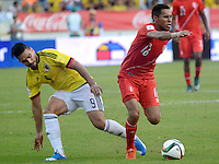 BARRANQUILLA - COLOMBIA -08-10-2015: Falcao Garcia (Izq) jugador de Colombia disputa el balón con Carlos Lobaton (Der) jugador de Perú durante partido válido por la clasificación a la Copa Mundo FIFA 2018 Rusia jugado en el estadio Metropolitano Roberto Melendez en Barranquilla./  Falcao Garcia (L) of Colombia fights the ball with Carlos Lobaton (R) of Peru during match valid for the 2018 FIFA World Cup Russia Qualifier played at Metropolitan stadium Roberto Melendez in Barranquilla. Photo: VizzorImage / Alfonso Cervantes / Str