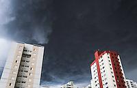 SAO PAULO, SP, 18 FEVEREIRO 2013 - CLIMA TEMPO CAPITAL PAULISTA - Ceu encoberto e visto a partir do bairro da Mooca na regiao leste da capital paulista na tarde desta segunda-feira, 18. (FOTO: WILLIAM VOLCOV / BRAZIL PHOTO PRESS).