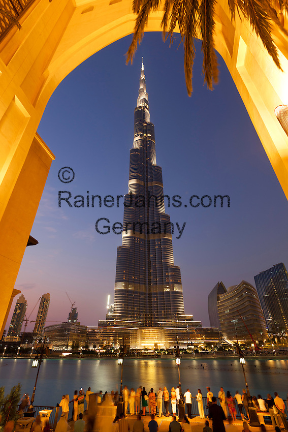 United Arab Emirates, Dubai: Burj Khalifa, the world's tallest building, at dusk | Vereinigte Arabische Emirate, Dubai: das Burj Khalifa am Abend