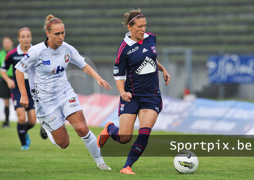 Football Club Feminin Juvisy Essonne - Olympique Lyon :.Lara Dickenmann voor Janice Cayman.foto DAVID CATRY / JOKE VUYLSTEKE / Vrouwenteam.be