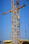 LEIDEN - In Leiden werken medewerkers van Heijmans Utiliteitsbouw uit Capelle a/d IJssel aan de bouw van het  Community College Leiden. Langs de spoorlijn Leiden-Utrecht bij het het Rijn-Schiekanaal domineren vier bouwkranen de locatie waar in opdracht van het ROC Leiden een multifunctioneel scholencomplex gebouwd wordt waarin ondermeer een restaurant, supermarkt, sportcentrum en parkeergarage worden opgenomen. Het 200 meter lange door Bureau Rau & Partners ontworpen complex krijgt vijf torens die op de begane vloer en in de lucht met elkaar verbonden worden. Het gebouw had volgens planning al eerder klaar moeten zijn, maar is door Heijmans pas vorig jaar van een andere bouwer overgenomen. COPYRIGHT TON BORSBOOM