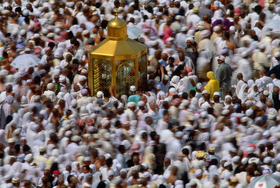 2000. Worshippers around the Maqam Ibrahim in the Masjid Al-Haram mosque in Mecca. Croyants autour du Maqam Ibrahim dans l'enceinte de la mosquée Masjid Al-Haram à La Mecque.