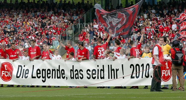 Fussball 2.Bundesliga 2003/2004, Frankenstadion Nuernberg (Germany) 1.FC Nuernberg - Rot-Weiss Oberhausen (1:3) Spieler des FCN vor dem Banner -die Legende, das seid Ihr! 2010-