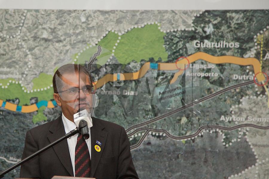 ATENÇÃO EDITOR: FOTO EMBARGADA PARA VEÍCULOS INTERNACIONAIS. SAO PAULO, SP, 07 DE FEVEREIRO DE 2013. ASSINATURA DE CONTRATOS PARA AS OBRAS DO RODOANEL MARIO COVAS - TRECHO NORTE. O prefeito de Guarulhos Sebastião Almeida   durante a assinatura  dos contratos das obras do Rodoanel Norte. A Construtora OAS Ltda, a Acciona Infraestructuras S/A e os consórcios formados pelas empresas Mendes Júnior/Isolux Corsán e Construcap/Copasa foram os vencedores da licitação internacional para a construção do último trecho do anel viário. FOTOS ADRIANA SPACA/BRAZIL PHOTO PRESS