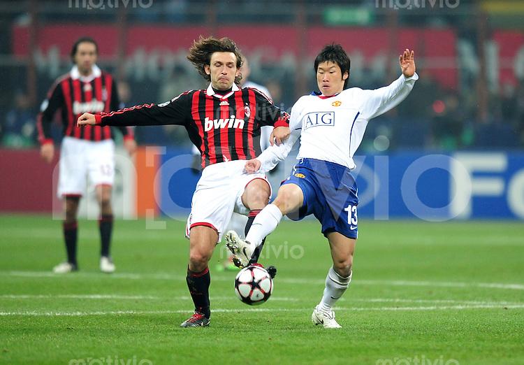 FUSSBALL  Champions League  Achtelfinal Hinspiel  SAISON 2009/2010   AC Mailand - Manchester United  16.02.2010 Andrea Pirlo  (li,  Milan ) gegen Ji-Sung Park (re, Manu)