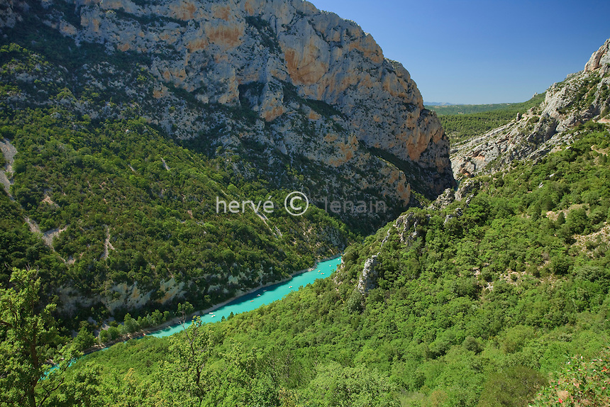 France, Alpes-de-Haute-Provence (04), parc naturel régional du Verdon, Gorges du Verdon, vue sur les gorges depuis la route de la rive Nord // France, Alpes de Haute Provence, Parc Naturel Regional du Verdon (Natural Regional Park of Verdon), view on the Gorges of the Verdon river, view of the gorge from the road on the northern shore