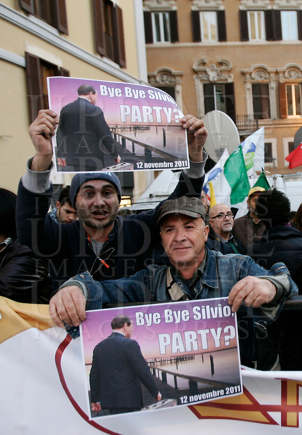Manifestanti festeggiano le imminenti dimissioni del Presidente del Consiglio Silvio Berlusconi, davanti a Montecitorio, Roma, 12 novembre 2011..People gather outside the Lower Chamber in Rome, 12 november 2011. Italian Premier Silvio Berlusconi is expected to resign..UPDATE IMAGES PRESS/Riccardo De Luca