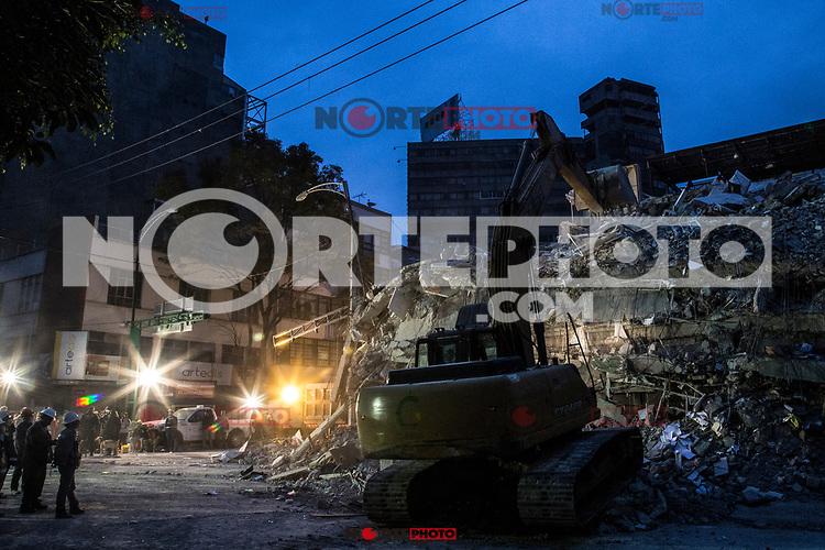M&aacute;s de 220 muertos por el potente terremoto de magnitud 7,1 que sacudi&oacute; el centro de M&eacute;xico el d&iacute;a del aniversario del gran sismo de 1985.Miles de ciudadanos civiles esta ayudando en las labores de rescate en busca de personas vivas bajo los escombros de edificios colapsados. <br /> (Foto: RubenDario Betancourt/Tatt&ugrave;Media/NortePhoto.com<br /> <br /> More than 220 dead by the powerful earthquake of magnitude 7,1 that shook the center of Mexico the day of the anniversary of the great earthquake of 1985. Thousands of civil citizens are helping in the rescue work in search of alive people under the rubble of buildings collapsed.<br /> (Foto: RubenDario Betancourt/Tatt&ugrave;Media/NortePhoto.com
