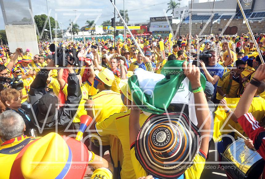 BELO HORIZONTE - BRASIL -14-06-2014. Los hinchas colombianos viven una fiesta en las afueras del estadio Mineirao de Belo Horizonte previo al partido del Grupo C entre Colombia (COL) y Grecia (GRC) hoy 14 de junio de 2014 en la Copa Mundial de la FIFA Brasil 2014./ Fans of Colombia live a party live a praty outside of the Mineirao stadium in Belo Horizonte prior the match of the Group C between Colombia (COL) and Grece(GRC) today June 14 2014 in the 2014 FIFA World Cup Brazil. Photo: VizzorImage / Alfredo Gutiérrez / Contribuidor