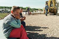 """Nach dem Erdbeben im August in der Tuerkei leben tausende Menschen in Zeltlagern und Behilfszelten.<br /> Die Hilfsorganisation """"Kinder haben Rechte"""" hat in der Ortschaft Yuvacik-Koey eine Traglufthalle aufgebaut, die fuer die Kinder als Schulhaus dienen soll, da nicht klar ist, ob und wann die Regierung ein neues Schulhaus errichtet.<br /> Hier: Kinder beobachten den Fortgang des Baus ihrer """"Ballon-Schule"""".<br /> 13.10.1999, Yuvacik-Koey/Tuerkei<br /> Copyright: Christian-Ditsch.de<br /> [Inhaltsveraendernde Manipulation des Fotos nur nach ausdruecklicher Genehmigung des Fotografen. Vereinbarungen ueber Abtretung von Persoenlichkeitsrechten/Model Release der abgebildeten Person/Personen liegen nicht vor. NO MODEL RELEASE! Nur fuer Redaktionelle Zwecke. Don't publish without copyright Christian-Ditsch.de, Veroeffentlichung nur mit Fotografennennung, sowie gegen Honorar, MwSt. und Beleg. Konto: I N G - D i B a, IBAN DE58500105175400192269, BIC INGDDEFFXXX, Kontakt: post@christian-ditsch.de<br /> Bei der Bearbeitung der Dateiinformationen darf die Urheberkennzeichnung in den EXIF- und  IPTC-Daten nicht entfernt werden, diese sind in digitalen Medien nach §95c UrhG rechtlich geschützt. Der Urhebervermerk wird gemaess §13 UrhG verlangt.]"""