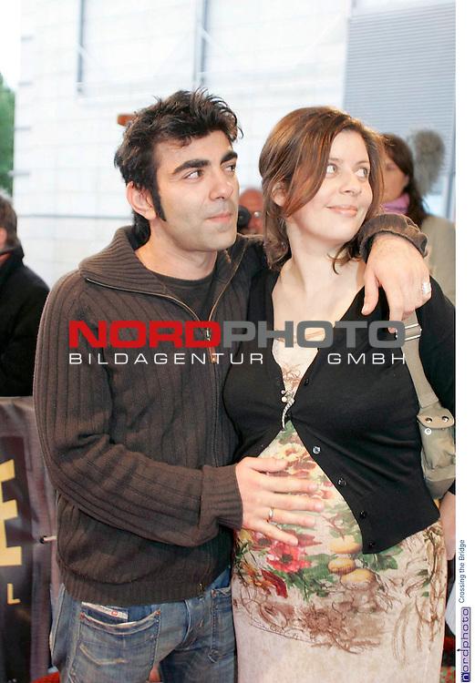 Premiere der Films &quot; Crossing the Bridge - The Sound of Istanbul&quot; im Hamburger Cinemaxx-Kino in Hamburg<br /> <br /> <br /> <br /> Regisseur Fatih Akin h&scaron;lt die Hand auf den Bauch seiner schwangeren Freundin Monique.<br /> <br /> Foto &copy; nordphoto / Volker Sarbach<br /> <br />  *** Local Caption *** Foto ist honorarpflichtig! zzgl. gesetzl. MwSt.<br /> <br />  Belegexemplar erforderlich<br /> <br /> Adresse: nordphoto<br /> <br /> Georg-Reinke-Strasse 1<br /> <br /> 49377 Vechta
