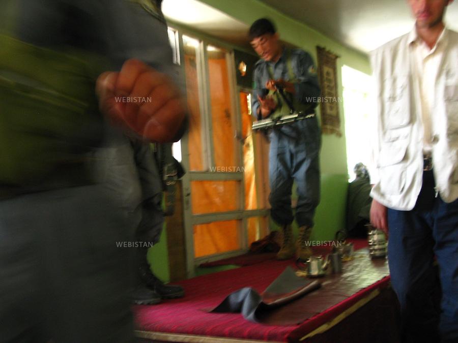 AFGHANISTAN - BAZARAK - 13 aout 2009 : Policiers afghans dans une maison de the (Chai Khana) de Bazarak...AFGHANISTAN - BAZARAK  - August 13th, 2009 : Afghan policemen in a Bazarak tea house (Chai Khana).
