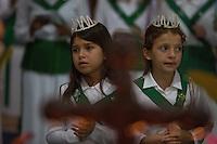 """O Santo Daime, bebida sagrada para a doutrina, encontra suas origens nas populações indígenas da Amazônia ocidental, iniciando como movimento doutrinário nas primeiras décadas do século XX, por meio do trabalho espiritual do seu fundador, o maranhense e neto de escravos Raimundo Irineu Serra. Segundo os registros, ao Mestre Irineu foi revelada uma doutrina de cunho cristão e eclético, reunindo tradições católicas, espíritas, esotéricas, caboclas e indígenas em torno do uso ritual do milenar chá conhecido pelos povos Incas como ayahuasca - vinho das almas - e por ele denominado Santo Daime"""". <br /> Acre, Brasil<br /> Foto Eraldo Peres/Photoagência/Acervo H<br /> 2016<br /> <br /> Vila Céu do Mapiá<br /> A vila Céu do Mapiá, fundada 1983, está situada nas cabeceiras do igarapé Mapiá, distando 30 km do Rio Purus, numa das áreas mais preservadas da Amazônia ocidental brasileira. Só é acessível por meio fluvial, descendo o Rio Purus e depois subindo o igarapé Mapiá por no mínimo seis horas. Nos primeiros tempos a subida do igarapé por canoa podia levar mais de um dia, dificultada pela grande quantidade de troncos caídos sobre se leito, devido à décadas de completo abandono."""