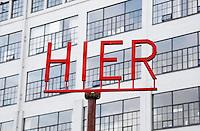 Nederland  Eindhoven  2015 10 25. Dutch Design Week. 9 dagen lang presenteert DDW op 100 locaties processen, experimenten en ideeën, antwoorden en oplossingen van 2400 designers. Letters op een paal bij Strijp-S