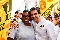 ATENCAO EDITOR FOTO EMBARGADA PARA VEICULO INTERNACIONAL - SAO PAULO, SP, 22 DE SETEMBRO 2012 - ELEICOES SP - GABRIEL CHALITA - o candidato do PMDB à Prefeitura de São Paulo, Gabriel Chalita, durante caminhada no bairro do Itaim Paulista regiao leste da capital paulista na manha deste sabado, 22.  FOTO: WILLIAM VOLCOV - BRAZIL PHOTO PRESS.