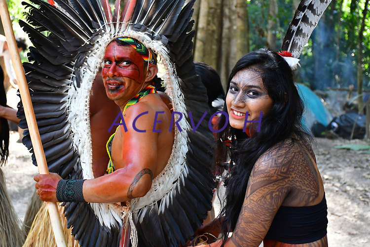 Imagens da abertura do V Festival Mariri da etnia yawanawá, na aldeia Mutum, Rio Gregório, . Denominada de saiti munuti, é uma ação de agradecimento aos espíritos da floresta pelos bens que ela oferece e momentos de alegria que a comunidade vivencia, além de um sinal de boa vinda aos visitantes. Os cantos e danças yawanawá são expressões culturais cultivados pela etnia desde tempos imemoriais. Os yawanawá dizem que os cantos das rodadas de mariri servem para chamar a força dos ancestrais, conectá-los com a natureza e elevar seus espíritos ao Criador.<br /> Imagens Altino Machado<br /> <br /> <br /> Images of the opening of the V Mariri Festival of the Yawanawá ethnic group, in the village Mutum, Rio Gregório,. Named saiti munuti, it is an act of thanks to the spirits of the forest for the goods it offers and moments of joy that the community experiences, as well as a welcome signal to visitors. Yawanawá songs and dances are cultural expressions cultivated by the ethnic group since time immemorial. The yawanawá say that the corners of the mariri rounds serve to draw strength from the ancestors, connect them with nature and elevate their spirits to the Creator.<br /> Images Altino Machado