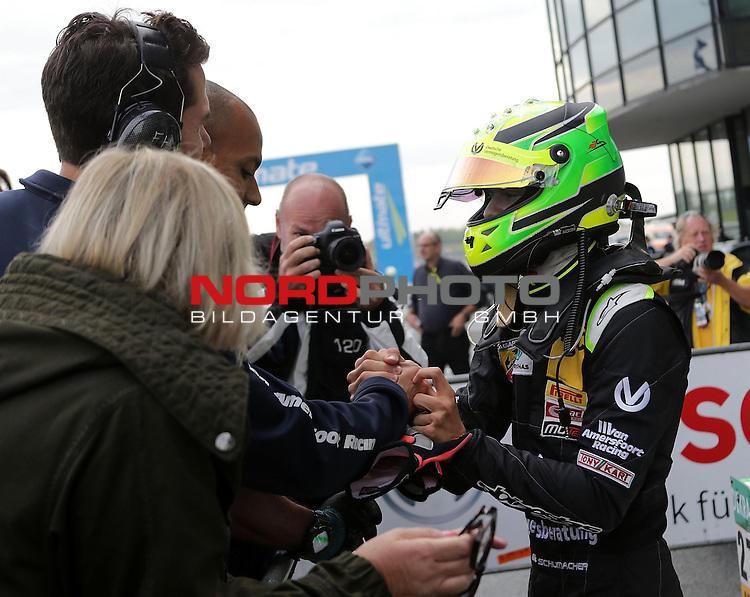 ADAC Formel 4, Oschersleben, 13.09.2015<br /> Podest:<br /> Mick Schumacher (Sohn von Michael Schumacher) freut sich mit seinem Team &uuml;ber seinen 3.Platz<br /> <br /> <br /> <br /> Foto &copy; nordphoto /  Bratic
