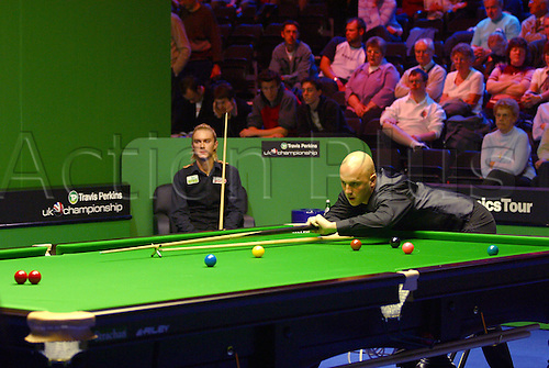 November 23, 2003: English player MARK KING playing with the rest during his third round match against Hunter in the Travis Perkins UK Championship Finals at the York Barbican Centre. KING lost to Hunter 9 - 8. Photo: Neil Tingle/Action Plus...snooker 031123